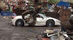 Une Ferrari est démolie à la casse
