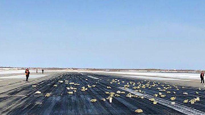 lingots d'or perdus sur la piste d'aéroport