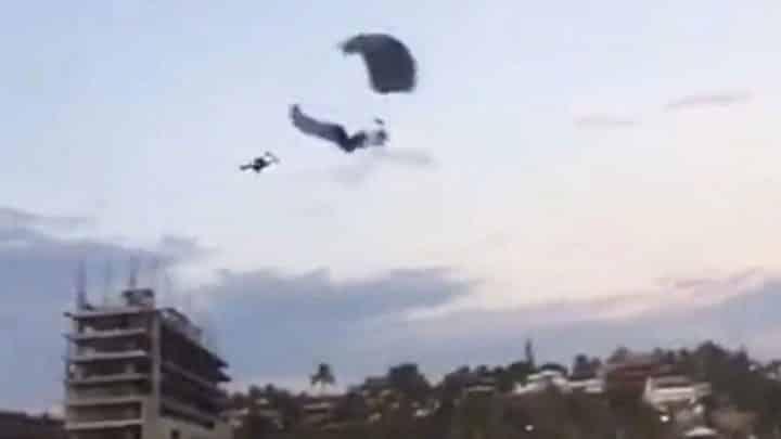 parachutistes se heurtent collision de parachutes