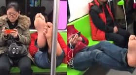 il est sans gêne pieds nus dans le métro