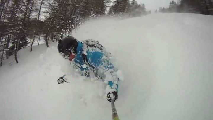 un skieur est pris dans une avalanche