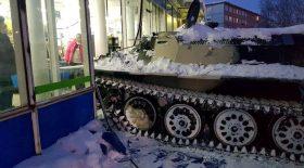 il fonce dans la vitrine avec son tank