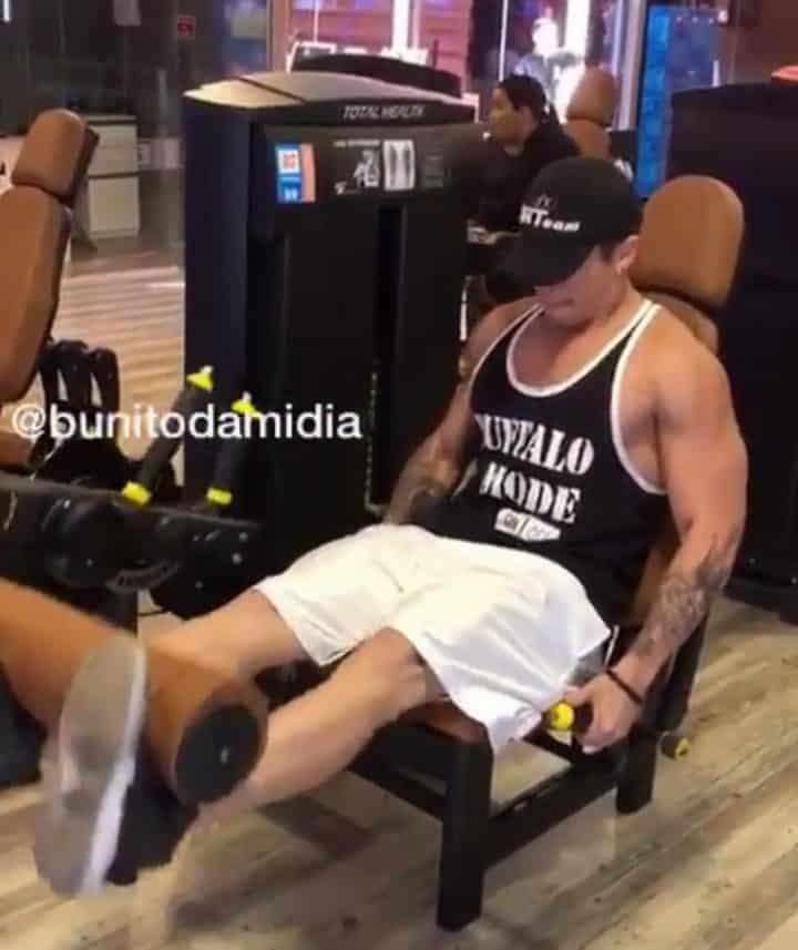 un homme choue en utilisant un appareil de musculation pour les jambes. Black Bedroom Furniture Sets. Home Design Ideas