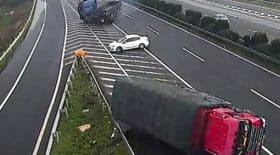 voiture blanche crée un accident de camion