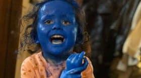 fille peinture bleue visage bêtise