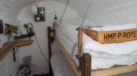 chambre d'hôtel décor de prison