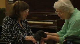 Ce que fait cette petite chienne dans une maison de retraite va vous mettre la larme à l'oeil