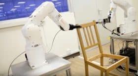 robot monte une chaise IKEA