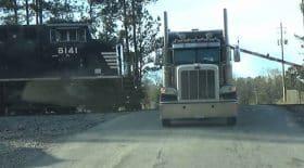 un camion est percuté par un train