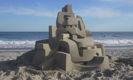 un architecte se lance dans la construction de châteaux de sable, il réalise de véritables oeuvres d'art !