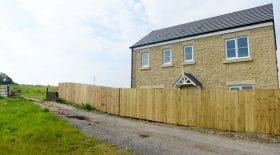 mur en bois clôture palissade construit autour de la maison