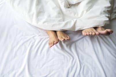 Couple pieds lit