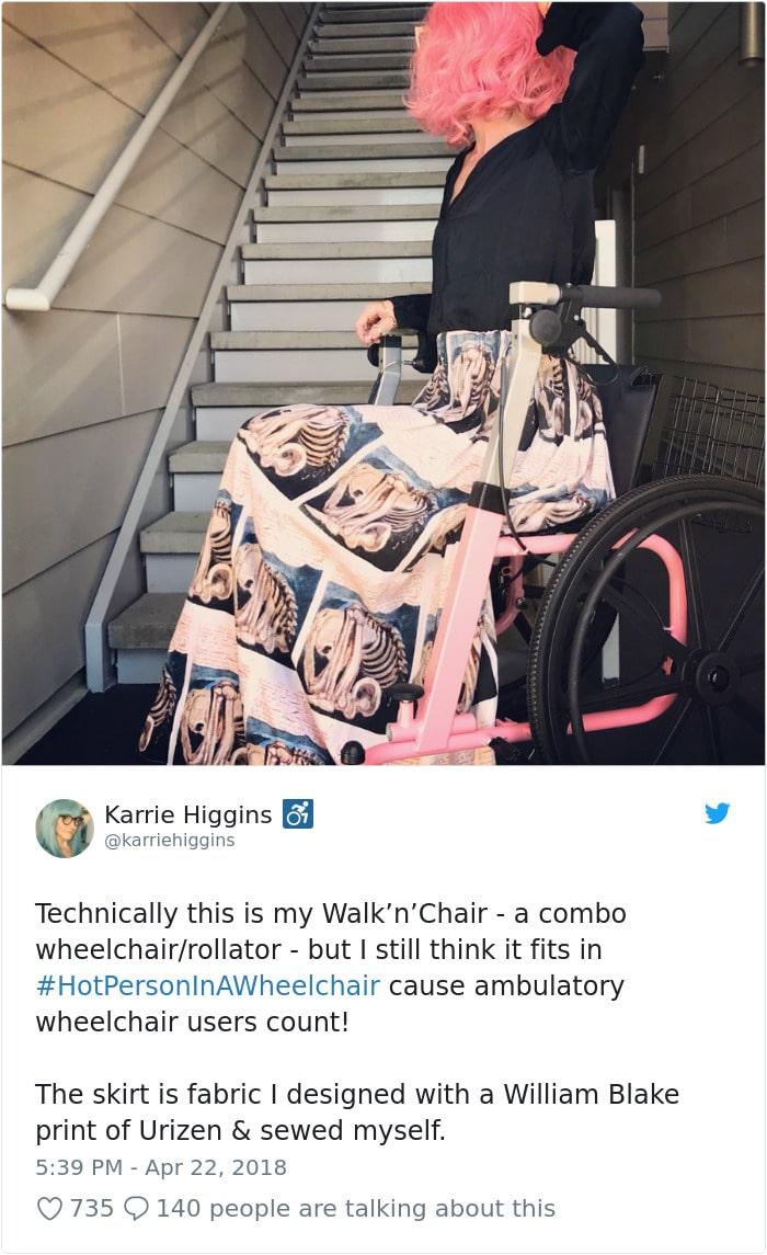 bien habillée et en fauteuil roulant