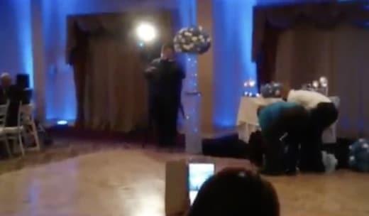 ce mari parvient à assumer sa femme pendant leur mariage !