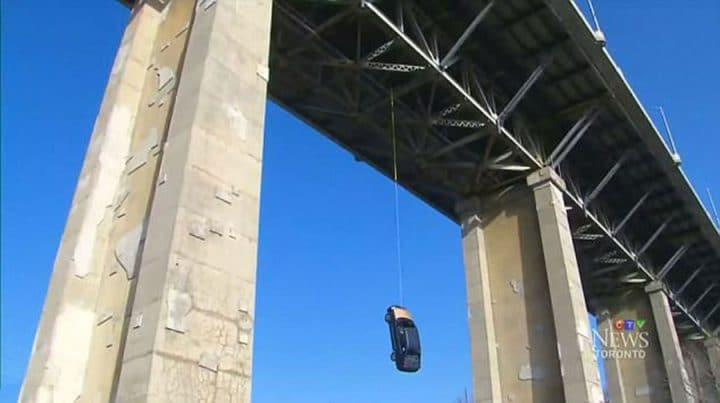 mystère voiture suspendue à un pont