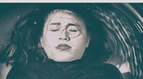 baignoire, noyade, fille, cheveux, cheveux coincés, meurt noyée bagnoire