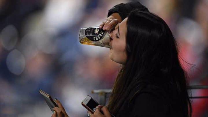 baseball balle verre de bière public