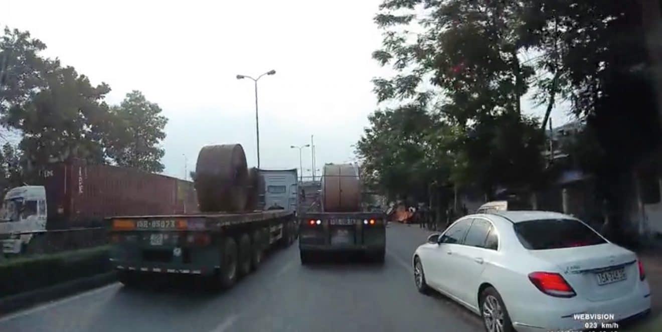 Resultado de imagen de Deux bobines d'acier écrasent la cabine d'un camion
