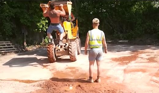 Il fait une blague hilarante à son collègue de chantier