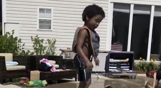cet enfant fait une chute dans la piscine qui aurait pu être plus grave