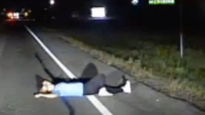 femme saoule dort sur la route