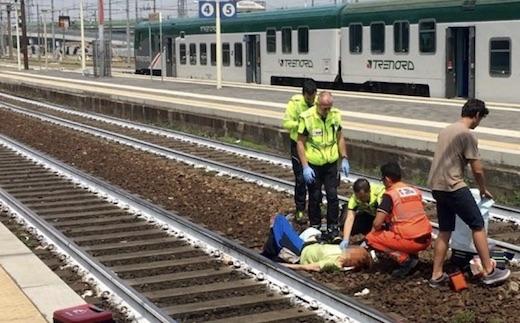Une femme se fait percuter par un train, la réaction de cet homme est scandaleuse