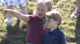 Le prince George se fait pousser par sa cousine, Kate Middleton le console