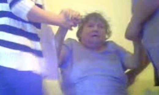 Une personne âgée se fait torturer en centre de soins