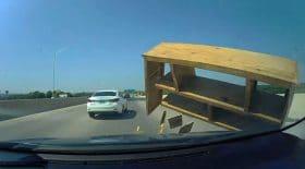 meuble bibliothèque autoroute accident