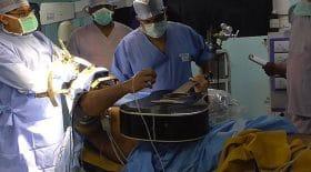 opération crâne ouvert cerveau joue guitare