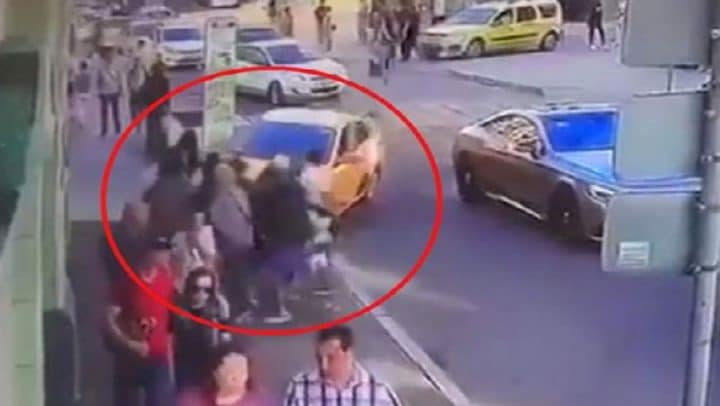 taxi fonce piétons écrase supporters coupe du monde