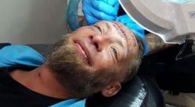 sans-abri se fait tatouer evg