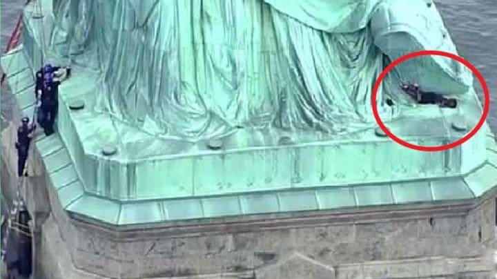 activiste anti-trump grimpe sur la statue de la liberté