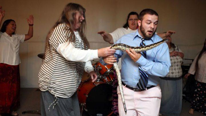 pasteur mordu par un serpent en plein sermon