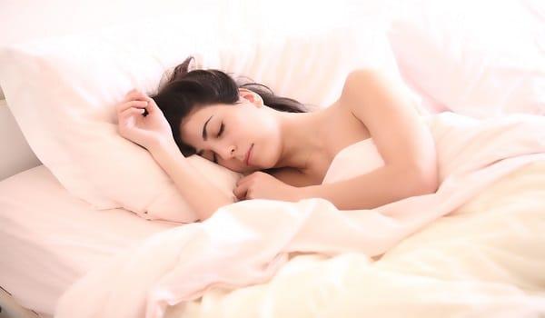 Ceux qui dorment du côté droit du lit seraient plus grognons que ceux qui dorment à gauche