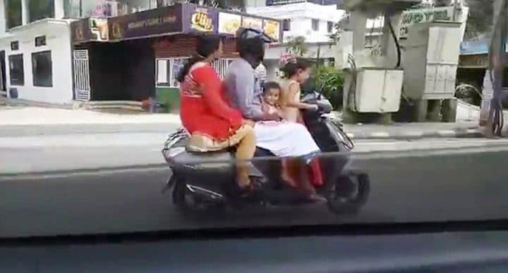 enfant dirige scooter