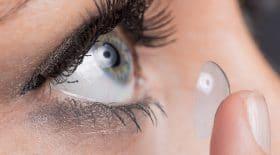 une lentille coincée sous la paupière d'une patiente pendant 28 ans.