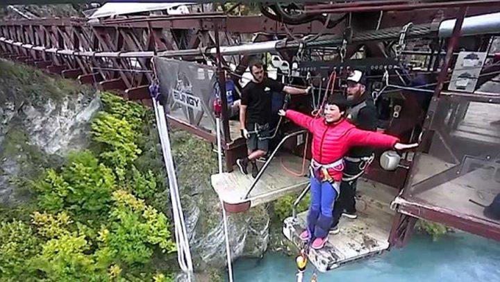 touriste chinoise parle pas anglais saut à l'élastique