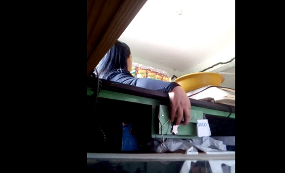 une voleuse se fait attraper par un pi ge souris un. Black Bedroom Furniture Sets. Home Design Ideas
