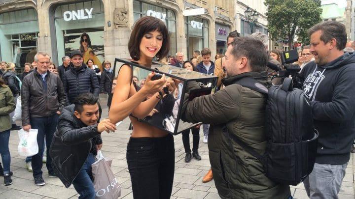 Milo Moiré artiste performance toucher les seins vulve