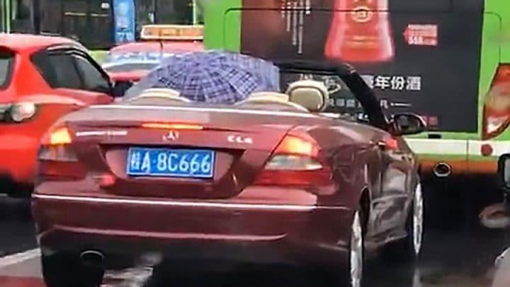 voiture décapotable parapluie