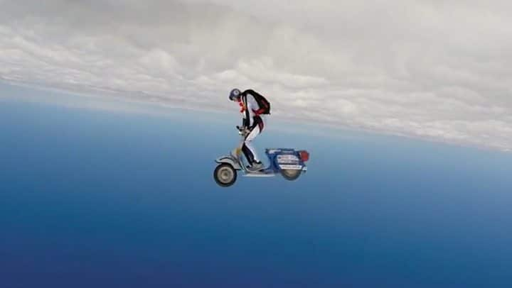 saut en parachute vespa scooter
