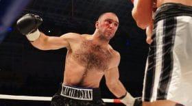 Déçu par sa défaite, le boxeur GennadyMartirosyan s'en prend à son entraîneur
