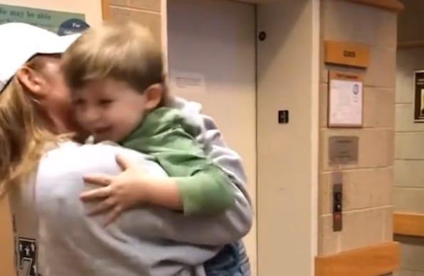 Un enfant triste renvoyé chez sa mère violente