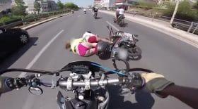 passagère de moto trainée au sol
