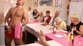 retraitées-majordomes-nus-maison-de-retraite-fêtes