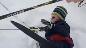 cet enfant se fait attaquer par une grouse