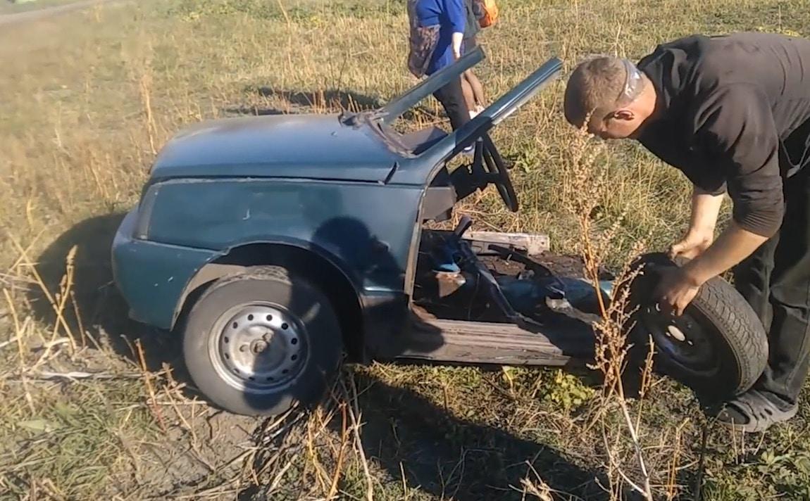 ce garagiste russe va parvenir faire remarcher cette carcasse de voiture vous ne devinerez. Black Bedroom Furniture Sets. Home Design Ideas