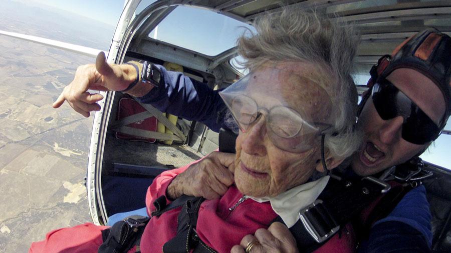 Une centenaire fête son anniversaire en sautant en parachute et en nageant avec les requins