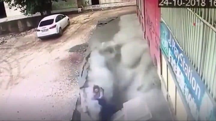 deux-jeunes-femmes-trottoir-écroule-effondre